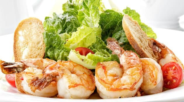 Kak-prigotovit-salat-tsezar-s-krevetkami