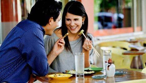 пара обедает