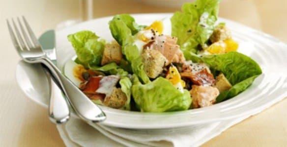 Как приготовить вкусный салат Цезарь— готовим несколько рецептов