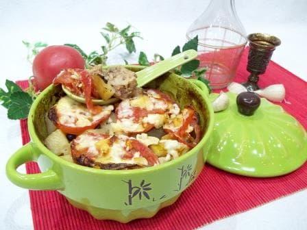 Курица в горшочке, в духовке с картошкой и томатами— рецепт с фотографиями