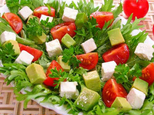 salat-s-avokado-i-syrom