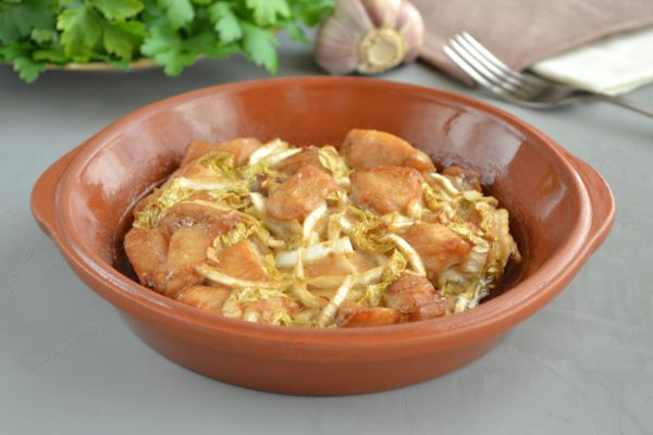 Куриное филе с пекинской капустой приготовленное в духовке