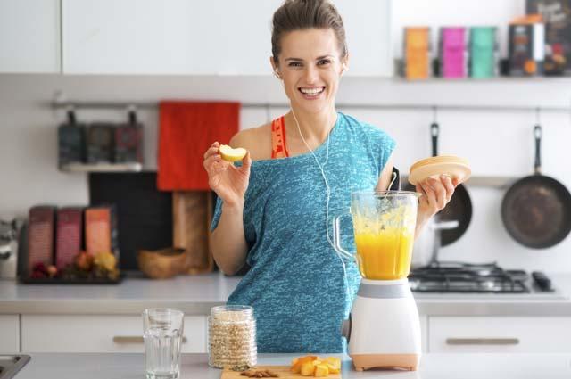 Девушка готовит правильный завтрак