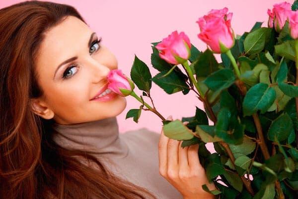 Девушка с розами