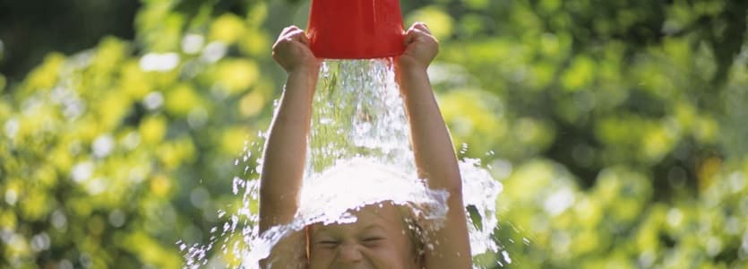 Ребенок обливается водой