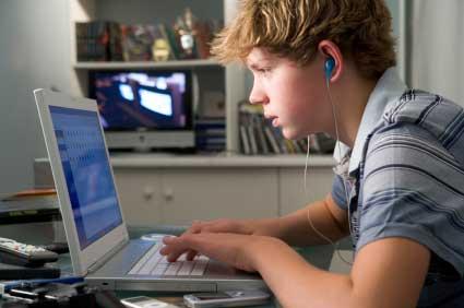 Мальчик за компьютером