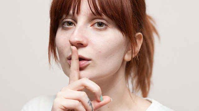 Девушка молчит