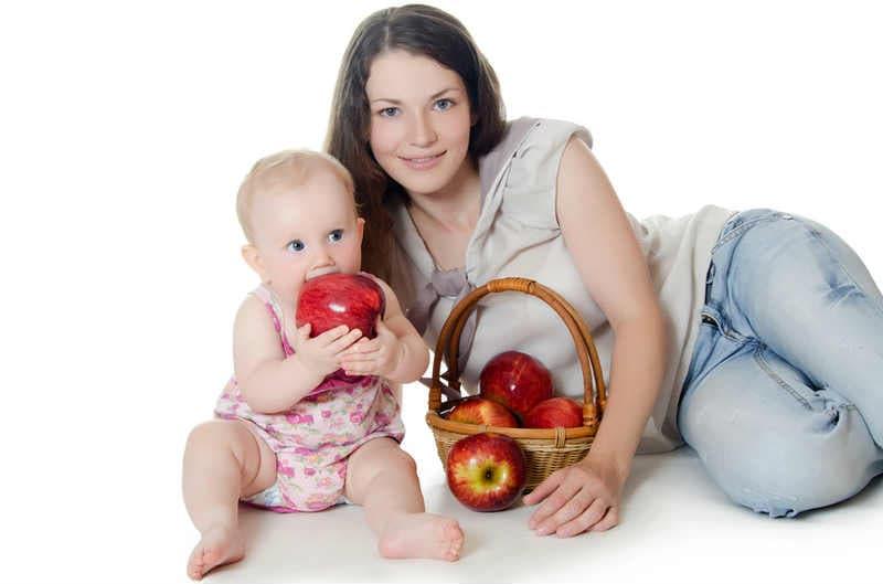 Мать и ребенок с яблоками