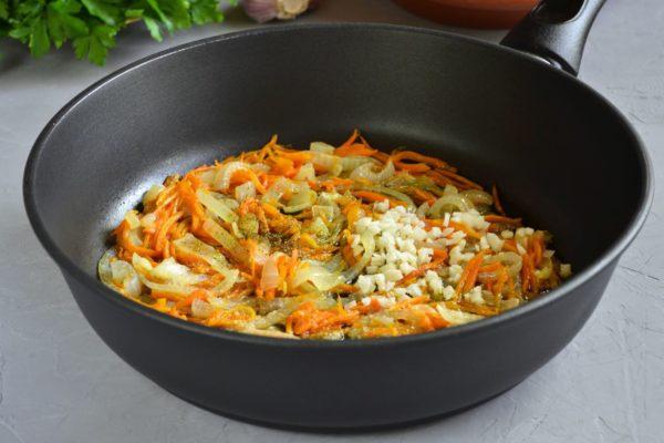 Добавляем чеснок в обжаренные овощи