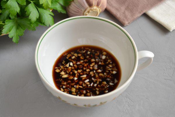 Добавляем соевый соус в чеснок