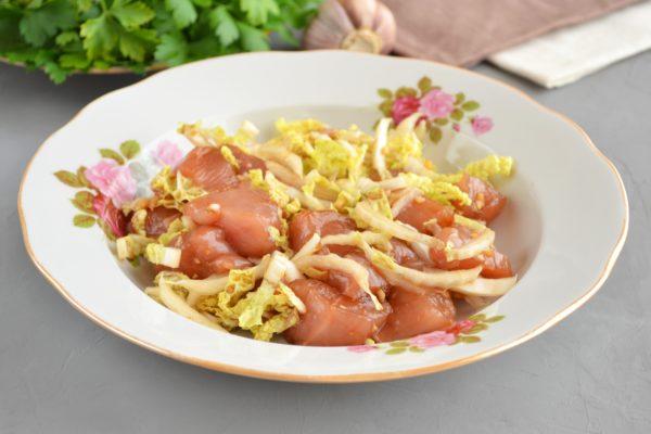 Филе в соусе и пекинская капуста