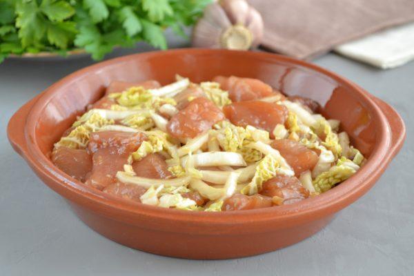 Выкладываем филе и пекинскую капусту в форму для приготовления