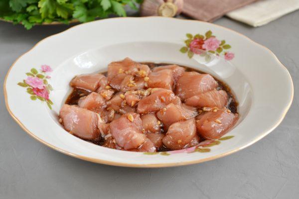 Заливаем соусом куриное филе