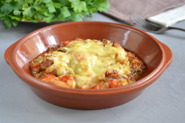 Куриное филе с помидором под сыром в духовке