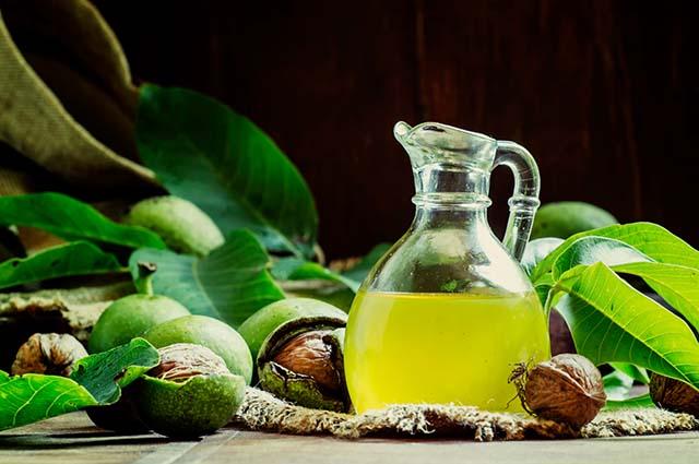Масло грецкого ореха в бутылке