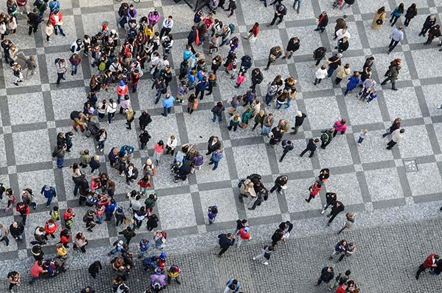 Толпа людей в городе